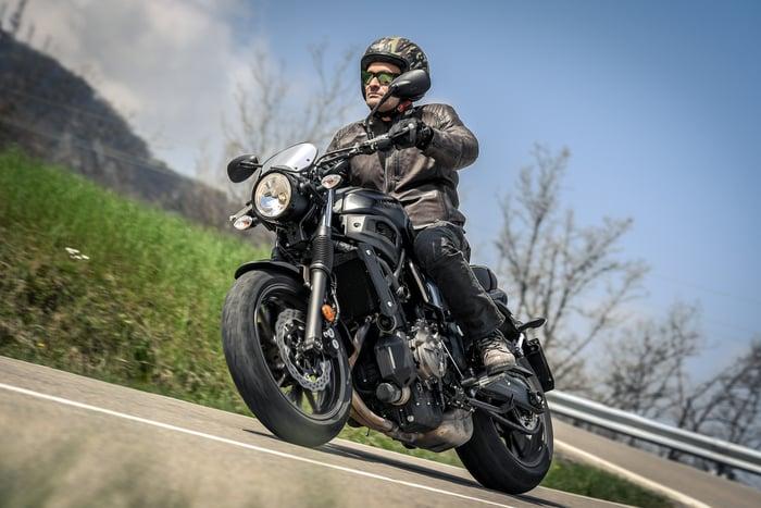 Yamaha XSR700. Abbigliamento usato da Edoardo Licciardello: casco Caberg, giacca, pantaloni e guanti Tucano Urbano