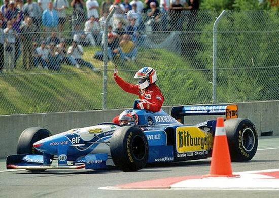 Michael Schumacher offre un passaggio a Jean Alesi dopo la vittoria del francese nel GP del Canada 1995