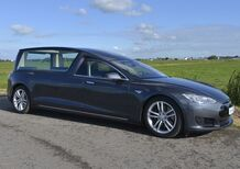"Tesla Model S carro funebre, per funerali ""ecofriendly"""