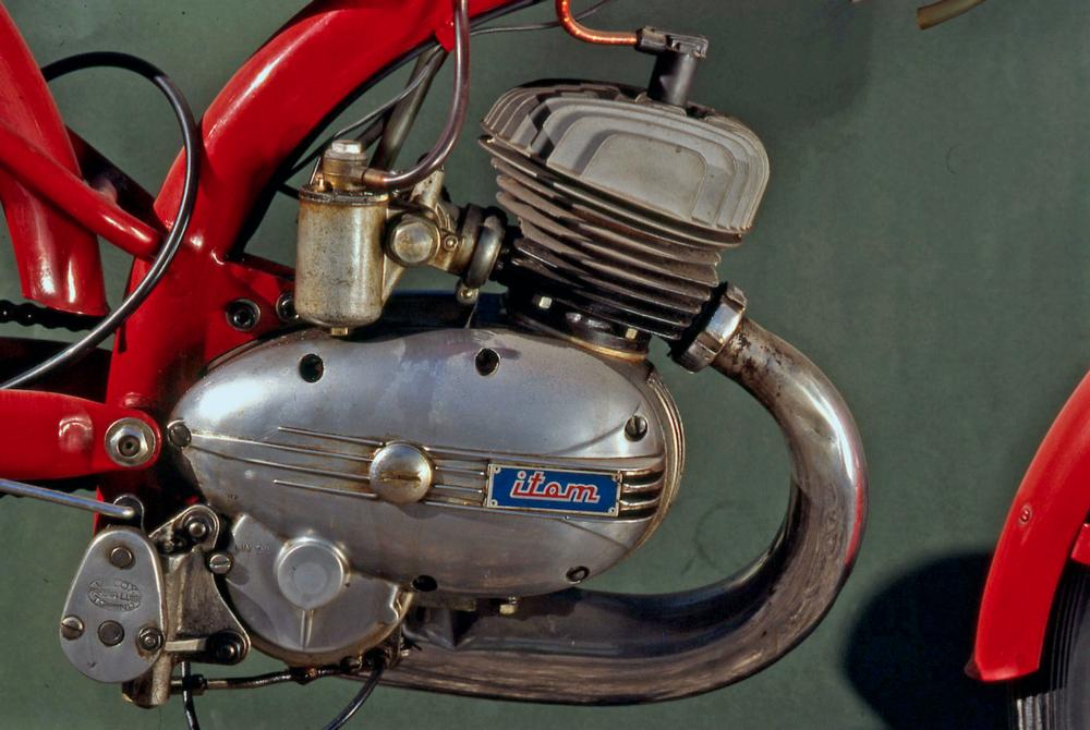 Per diversi anni i preselettori Velox, per mezzo dei quali il comando del cambio a manopola si trasformava in comando a pedale, hanno avuto larga diffusione. Quello qui visibile è applicato a un Itom 50 da competizione