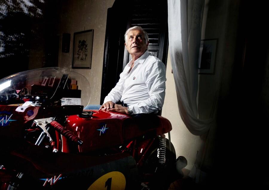 Giacomo Agostini sulla MV Agusta 500 parcheggiata in casa sua (Photo by Gabriele Micalizzi)