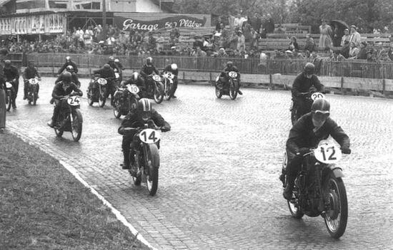 Partenza delle 250 sul pavé bagnato nel'51 con Ruffo (Guzzi 12), Ambrosini (Benelli14), Grieco (Parilla24)