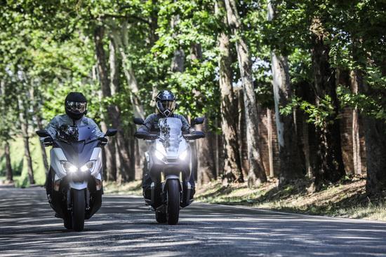 Yamaha: baricentro basso per la guida sportiva. Honda: posizione da enduro stradale per gli sterrati