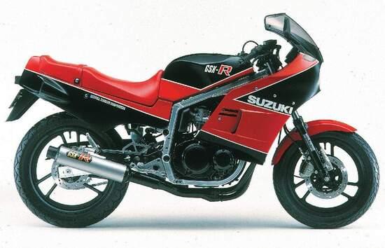 La Suzuki GSX-R 400 del 1984: anticipò la 750 che arrivò anche in Europa e aveva il telaio d'alluminio con un disegno simile