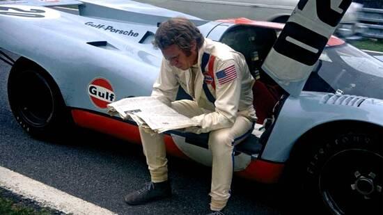 Steve McQueen a Le Mans nel 1970 mentre prende una pausa dalle riprese del suo celebre film