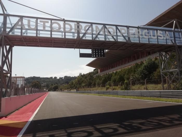 Il ponte che sovrasta il rettilineo box dell'Autodromo di Pergusa