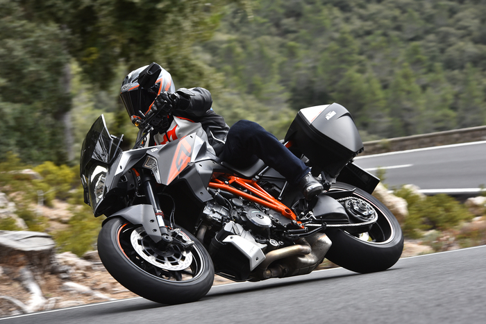 8ac515af75 Le premesse perché la 1290 Super Duke GT sia divertente ci sono tutte -  motorone, ciclistica da naked sportiva ed elettronica a profusione - e, in  effetti, ...