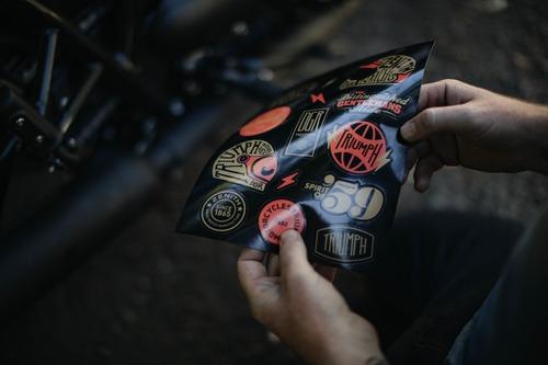 Il kit di sticker realizzato in edizione limitata da Triumph per il DGR 2018