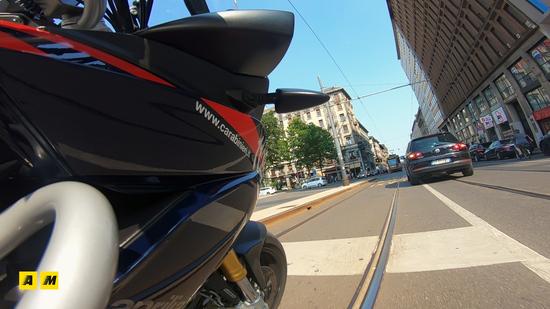 L'Aprilia nelle vie del centro di Milano