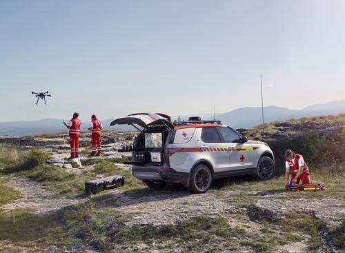 Land Rover al Salone di Parigi 2018 con una Discovery per la Croce Rossa (9)