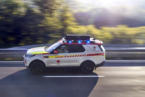 Land Rover al Salone di Parigi 2018 con una Discovery per la Croce Rossa (3)