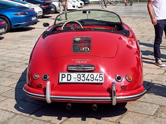 Il restro minimalista della prima piccola roadster Porsche, con due scarichi