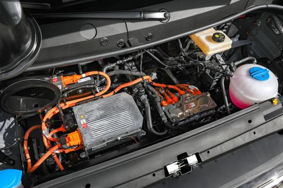 Il vano motore e-Crafter con spazi vuoti, cavi arancioni a 400V e... una centralina Motronic!
