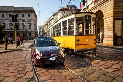 Nuova Fiat 500 Collezione, la cabrio che sfila a Milano Duomo [video] (5)