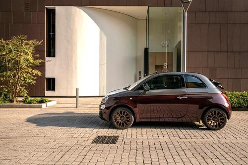 Nuova Fiat 500 Collezione, la cabrio che sfila a Milano Duomo [video] (2)
