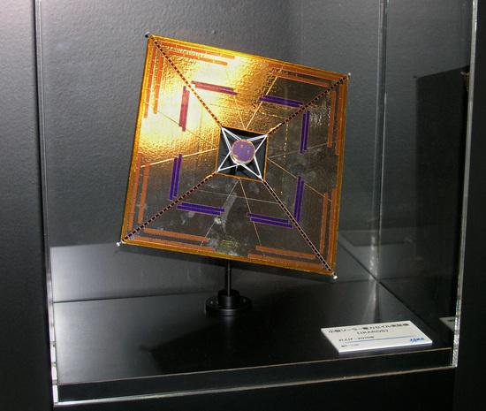 """La IKAROS (acronimo di """"Interplanetary Kite-craft Accelerated by Radiation Of the Sun"""") è una sonda spaziale giapponese. Lanciata nel 2010, è stata la prima ad aver usato come sistema di propulsione con successo una vela solare, arrivando fino al pianeta Venere"""