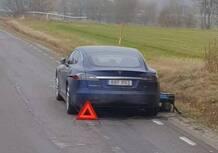 Tesla, rimane a piedi e ricarica l'auto con il generatore