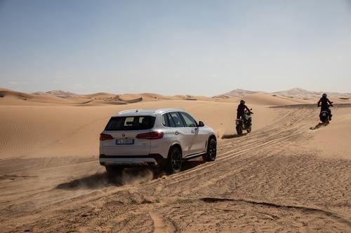 La nuova BMW X5 sfida l'impervio deserto del Marocco