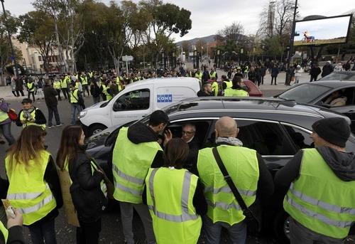 """Francia nel caos per il caro Diesel: chi sono i """"gilet gialli"""" (4)"""