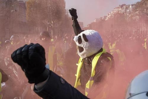 """Francia nel caos per il caro Diesel: chi sono i """"gilet gialli"""" (6)"""