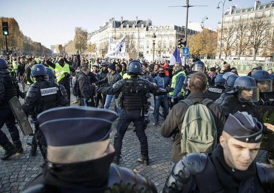 Francia: battaglia contro il caro-carburante, un morto e 227 feriti