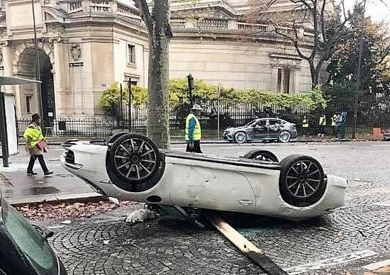 Auto bruciate e danneggiate gravemente dopo le proteste parigine del 1 dicembre 2018