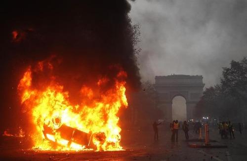Gilet gialli, in Francia un terzo morto ad Arles (6)