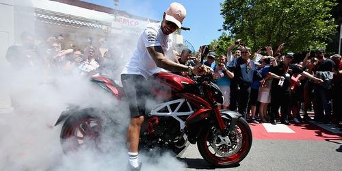 Dalla F1 alla R1: Hamilton in sella a Jerez, con tanto di scivolata