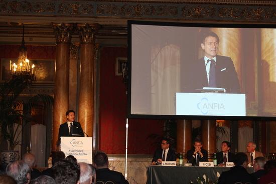 Giuseppe Conte durante il suo intervento all'assemblea dell'Anfia: il premier promette sostegno, nel suo Governo decidono all'opposto