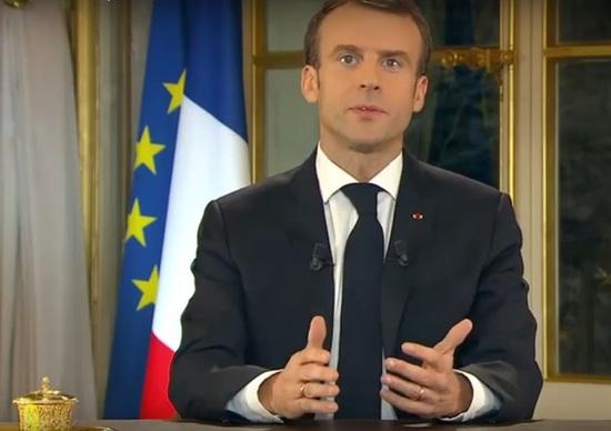 Macron a gilet gialli: «Collera giusta». Messaggio alla nazione in diretta TV
