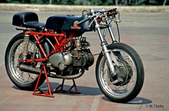 Tra la metà degli anni Sessanta e l'inizio del decennio successivo sulle moto italiane di prestazioni più elevate e su quelle da competizione hanno avuto una notevole diffusione le famose forcelle Ceriani a canne scoperte. Una di esse è qui montata su una Motobi 250 ufficiale