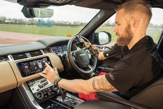 L'atleta Mark Ormrod ha collaborato con JLR per la messa a punto della portiera Mobility