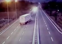 Paura sulla A10: ubriaco, autista di tir va contromano [Video]