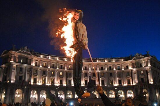 Pupazzo del ministro Di Maio bruciato in piazza a Roma