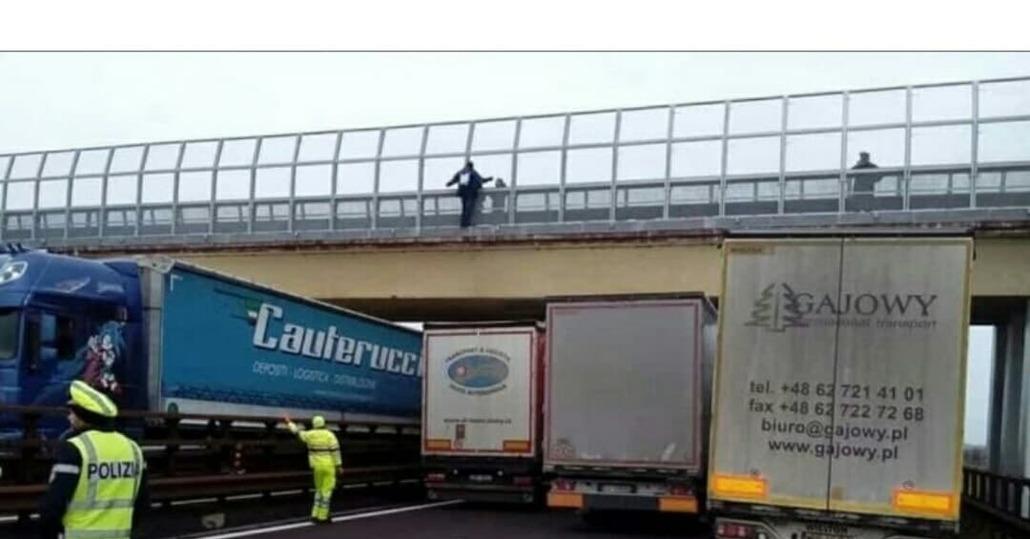 Paura in Autostrada: vuole gettarsi da ponte ma colonne di camion lo fanno desistere