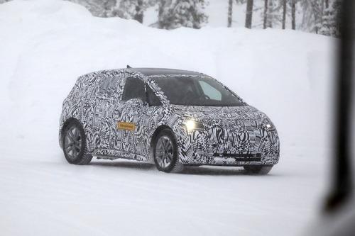 Volkswagen I.D. Neo, le foto spia dell'elettrica sulla neve (9)