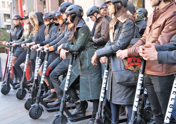 Settimana della moda: a Milano il monopattino è di tendenza
