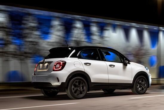 La nuova Fiat 500X 120° Anniversario con tinta bicolore bianco-nero