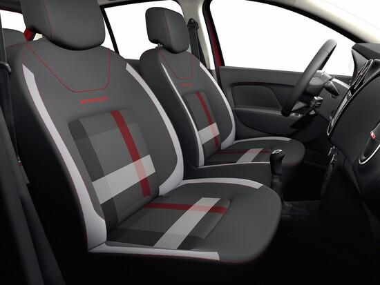 Gli interni con dettagli in rosso per le Dacia Techroad