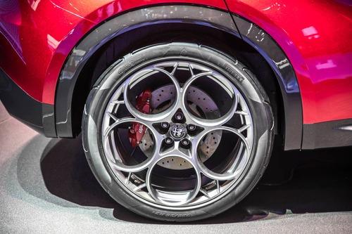 Alfa Romeo Tonale, Bugatti e le moto: la passione per i passi montani colpisce ancora (6)
