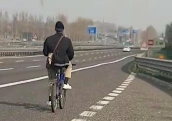 Immigrato in bici in autostrada A4: la Polizia lo mette in salvo [Video]