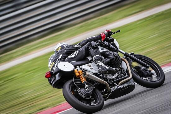 Tanta stabilità e precisione in piega con la Moto Guzzi Fast Endurance