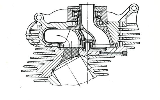La sezione della testa mostra chiaramente la conformazione della valvola rotante studiata dalla NSU per i motori di serie. La casa tedesca ha lavorato intensamente allo sviluppo di diversi tipi di dispositivi di questo genere (uno è stato montato su un motore da record nel 1956)