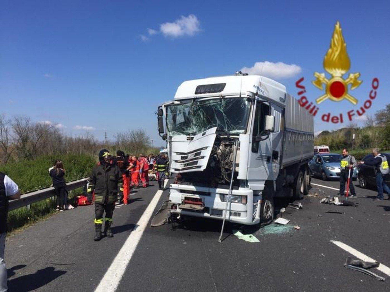 Incidente in A1: camion contro bus con bambini, 6 feriti