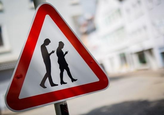 """Gli """"smombie"""", i pericolosi pedoni malati di smartphone"""