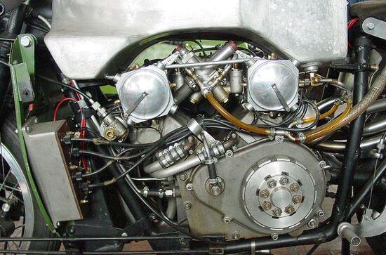 """La splendida """"grande complicazione"""" con l'intreccio dei carburatori e i due dispositivi d'accensione in primo piano"""