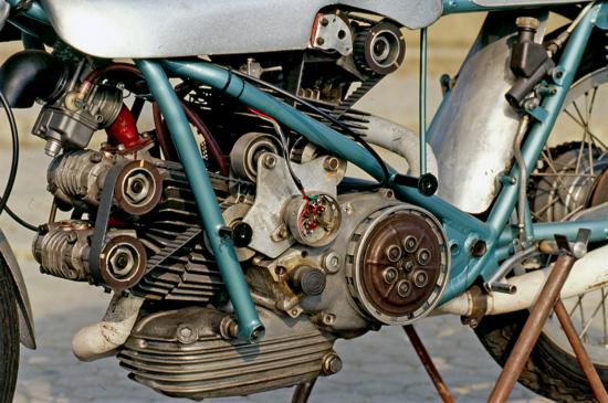 Nel 1972 il tecnico Renato Armaroli ha realizzato per la Ducati una versione del bicilindrico 500 da GP con quattro valvole per cilindro, teste bialbero (non desmo) e comando della distribuzione a cinghia dentata. Il condotto di aspirazione del cilindro verticale era rivolto anteriormente