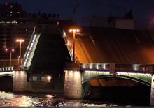 Russia, Follia italiana: tenta di saltare con auto ponte di San Pietroburgo e viene arrestato [video]