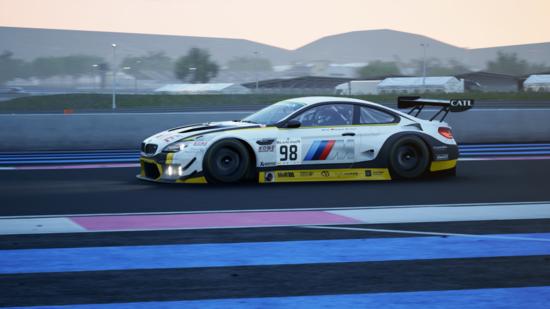 La BMW M6 GT3 è meno possente della sorella M8 GTE, ma i muscoli non le mancano