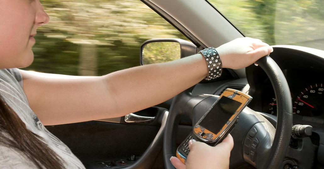 Riforma CdS, Telefonino cellulare e Tablet in auto: basta Smartphone mentre si guida?